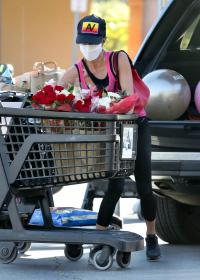 brooke-burke-shopping-after-her-daily-workout-session-in-malibu-09.jpg