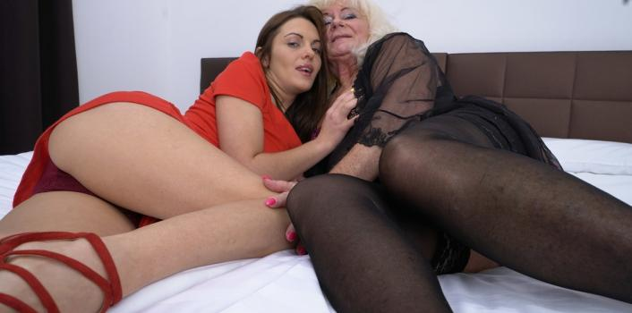 Mature.nl- Horny young and old lesbian licking eachother