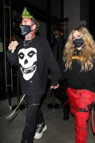 avril-lavigne-with-mod-sun-hold-hands-after-a-dinner-date-in-west-hollywood-01.jpg