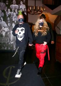 avril-lavigne-with-mod-sun-hold-hands-after-a-dinner-date-in-west-hollywood-09.jpg
