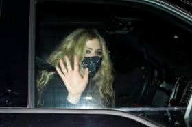 avril-lavigne-with-mod-sun-hold-hands-after-a-dinner-date-in-west-hollywood-12.jpg