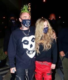 avril-lavigne-with-mod-sun-hold-hands-after-a-dinner-date-in-west-hollywood-17.jpg