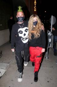 avril-lavigne-with-mod-sun-hold-hands-after-a-dinner-date-in-west-hollywood-23.jpg