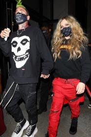 avril-lavigne-with-mod-sun-hold-hands-after-a-dinner-date-in-west-hollywood-31.jpg