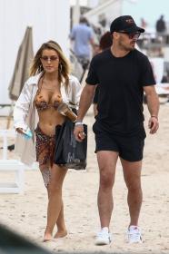 jean-watts-in-a-bikini-with-friends-on-the-beach-in-miami-04.jpg