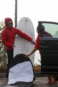 leighton-meester-with-adam-brody-pictured-surfing-in-malibu-03.jpg