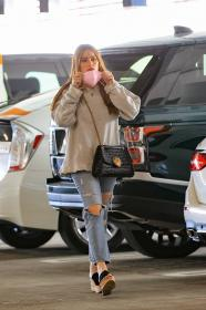 sofia-vergara-shopping-at-eataly-grocery-store-in-los-angeles-03.jpg