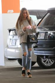 sofia-vergara-shopping-at-eataly-grocery-store-in-los-angeles-05.jpg