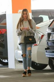 sofia-vergara-shopping-at-eataly-grocery-store-in-los-angeles-08.jpg