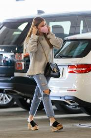 sofia-vergara-shopping-at-eataly-grocery-store-in-los-angeles-09.jpg