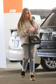 sofia-vergara-shopping-at-eataly-grocery-store-in-los-angeles-13.jpg