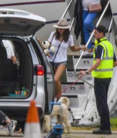 elsa-pataky-pictured-while-she-arrives-in-sydney-on-a-private-jet-03.jpg