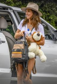 elsa-pataky-pictured-while-she-arrives-in-sydney-on-a-private-jet-05.jpg
