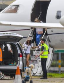 elsa-pataky-pictured-while-she-arrives-in-sydney-on-a-private-jet-08.jpg