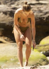 rita-ora-in-a-bikini-in-sydney-harbor-with-her-sister-19.jpg