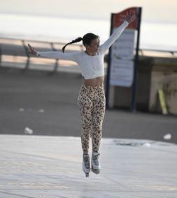 vanessa-bauer-on-a-roller-skates-in-mancheste-01.jpg