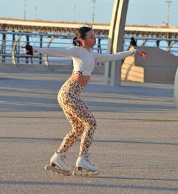 vanessa-bauer-on-a-roller-skates-in-mancheste-02.jpg