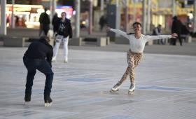 vanessa-bauer-on-a-roller-skates-in-mancheste-03.jpg