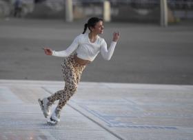 vanessa-bauer-on-a-roller-skates-in-mancheste-06.jpg